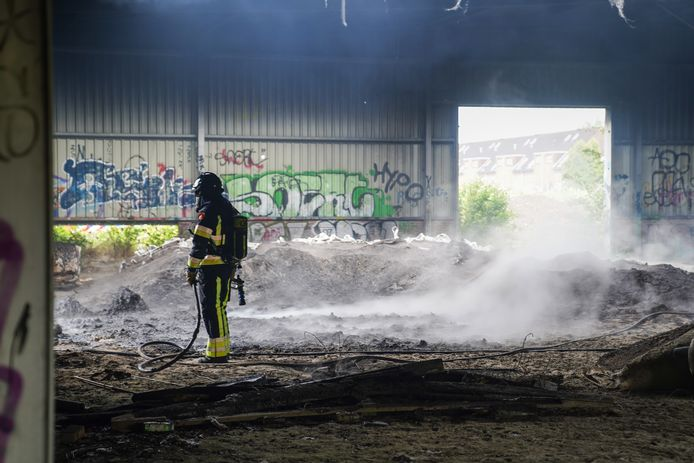 Inmiddels heeft de brandweer het vuur onder controle, laat een woordvoerder weten.