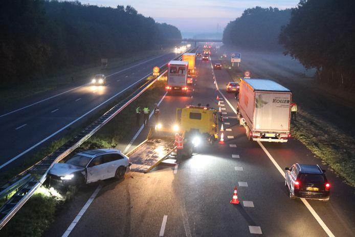 Ongeluk op de A18 bij Didam, de auto wordt afgesleept.