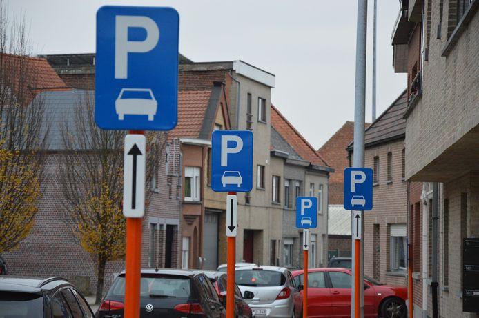 Tientallen parkeerborden staan in de Outerstraat en Bovenhoekstraat.