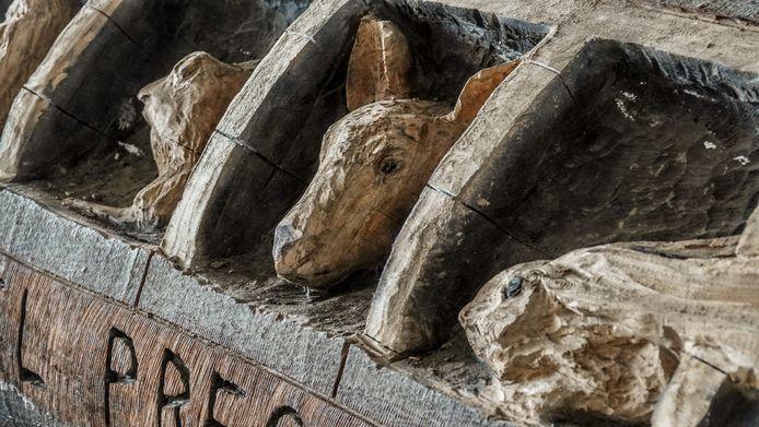 Een detailbeeld van het houten busje in de ecotunnel.
