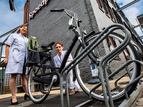 Deventer artsen slaan alarm: schokkend veel kleine voetjes tussen de fietsspaken