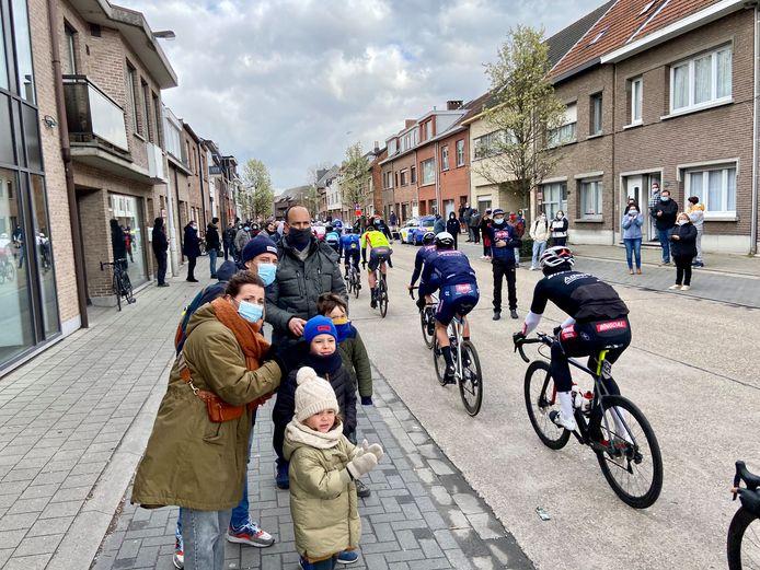 Tinne, Jorgen, David en kinderen Lauren, Mathis en Benjamin moedigen de passerende wielrenners aan op de Rodeborgstraat