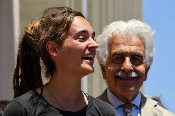 Carola Rackete en haar advocaat Alessandro Gamberin stonden maandag kort de pers te woord.