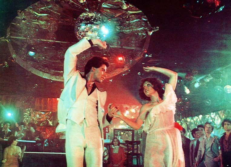 John Travolta en Karen Lynn Gorney mogen weer dansen in Saturday Night Fever (1977).   Beeld Alamy Stock Photo