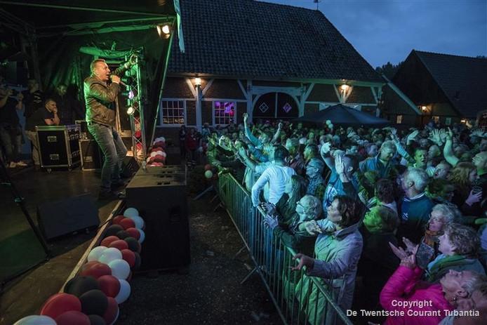 Jannes bracht de stemming er zaterdagavond meteen goed in op het eerste Twents Feestweekend op Havezathe het Everloo.