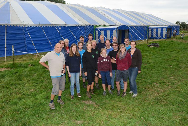 De leden van het Hoebelcomité, met rechts Gerrit Decock, aan de tent die vorig jaar nog opgezet werd.