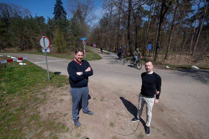 Elco Gorter (links) en Henkjan Voortman bij het ecoduct over de A1 bij de Singelweg/Elsenerveldweg. In het bosgebied bij de snelweg zijn twee locaties aangewezen waar windturbines  kunnen komen.