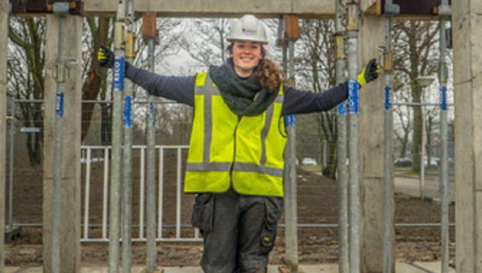 Nadia Remmerswaal bij de testwoning in Delft. Ze ontwikkelde een mal voor deze betonnen constructie.