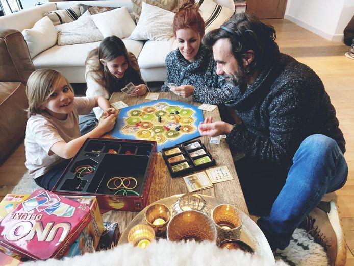 Jan Schepens, Katja Retsin en kinderen voeren promotie voor Maarkedal.