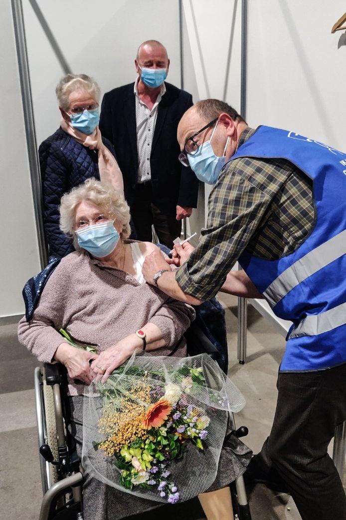Francine kreeg niet alleen het 10.000ste vaccin, maar ook bloemen en felicitaties.