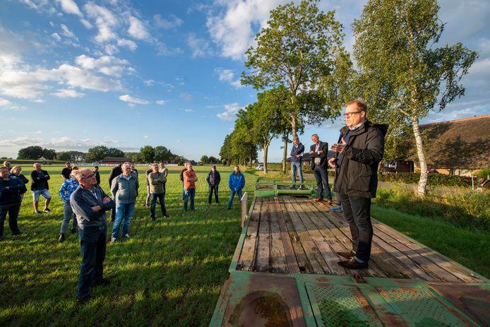 Maarten van Vierssen toen hij nog wethouder was. Pratend met mensen die vrezen dat er teveel zonnepark in Beemte Broekland komt.