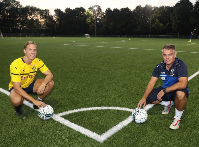 Mario Vermeirssen (rechts), hier met aanvaller Jasper Sponselee, is ook volgend seizoen trainer van HVV'24.