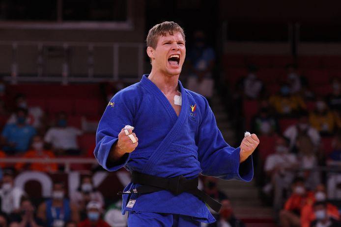 Une folle journée ponctuée en beauté: Matthias Casse a dû s'arracher pour aller chercher sa médaille.