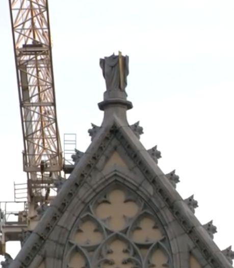 La statue de la cathédrale Saint-Paul de Liège coupée en deux par une grue