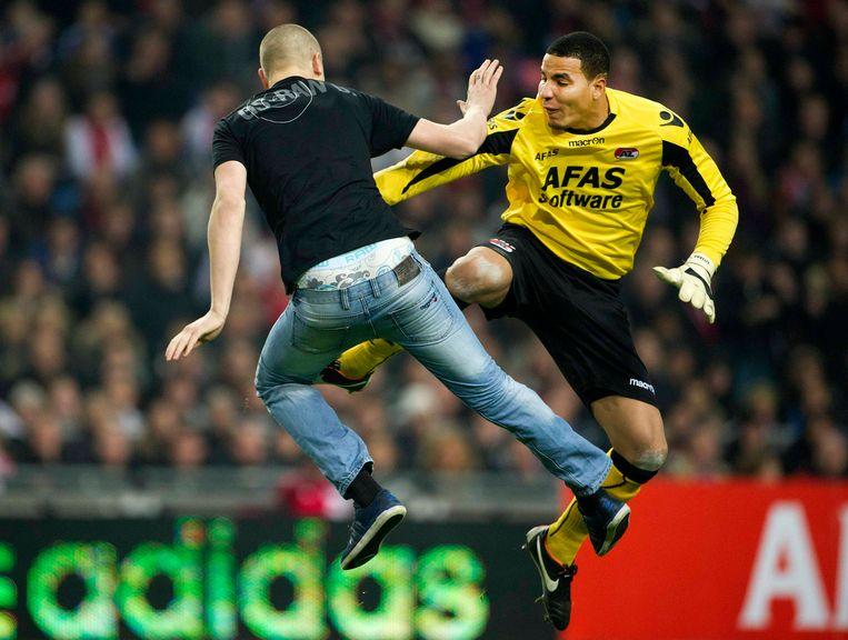Het veelbesproken incident. AZ-keeper Esteban wordt aangevallen door de dronken Ajax-aanhanger Wesley van W. Beeld REUTERS