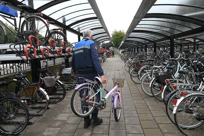 Fietsen die te lang staan worden weggehaald op het station in Cuijk.