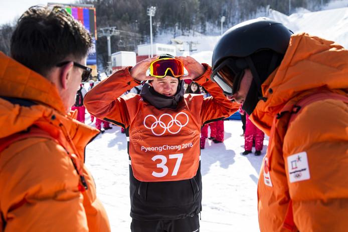 Niek van der Velden met zijn trainers tijdens een training op Phoenix Snowpark in voorbereiding op de Olympische Winterspelen