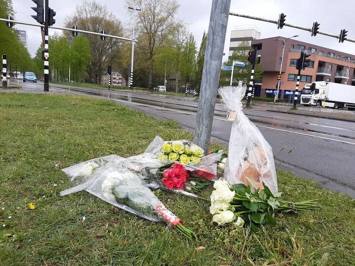 Woensdagmorgen zijn bloemen gelegd nabij de plek waar dinsdag het fatale ongeluk plaatsvond.