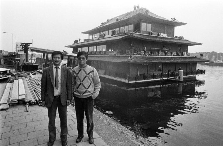 Ondernemer Dave Wong (r) voor Sea Palace in Amsterdam, september 1984 Beeld Wubbo de Jong/MAI