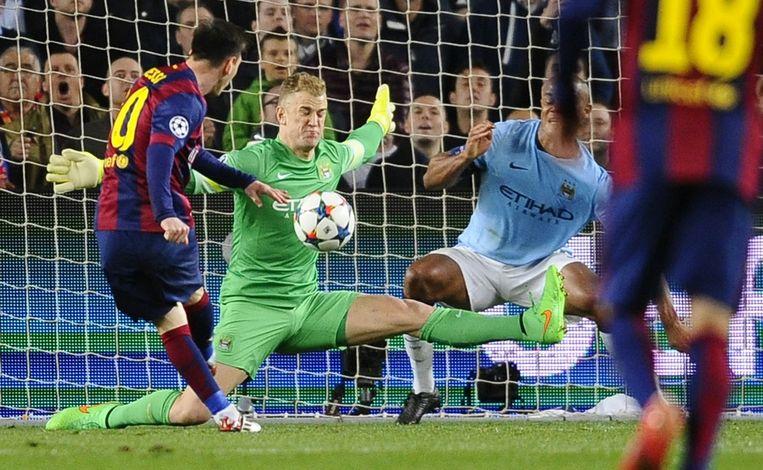 Kompany staat zijn doelman Hart bij op een schot van Lionel Messi.