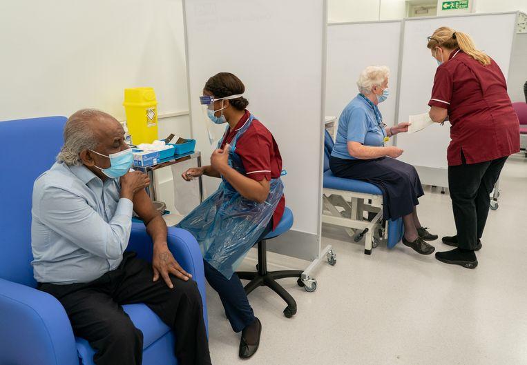 Een vaccinatiehub in Londen. Vaccinoloog Pierre Van Damme verzekert dat de Britse strategie op de voet wordt gevolgd. Beeld Reporters / iimages