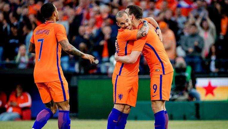 Memphis Depay, Wesley Sneijder en Vincent Janssen van het Nederlands elftal juichen na de 5-0 tegen Ivoorkust Beeld anp