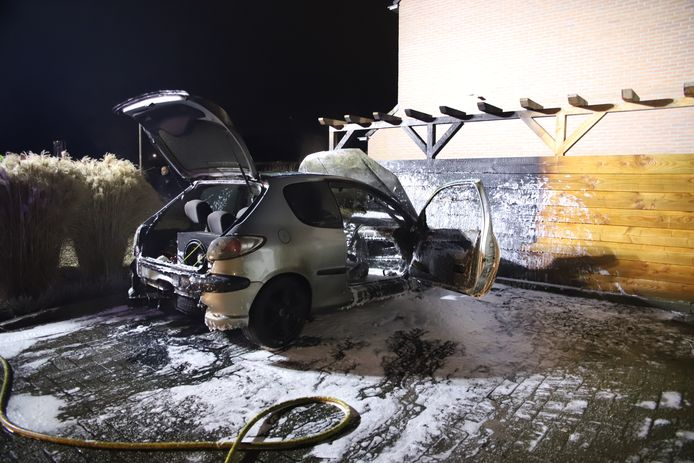 De auto stond geparkeerd bij de kruising van de Fazantstraat/Acerstraat in Opheusden. De wagen ging door onbekende oorzaak in vlammen op.
