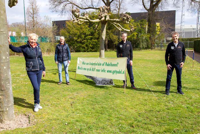 Ongeruste leden Genneper Parken Tennis, bezwaar tegen plannen bestuur om op plek kinderspeeltuin twee padelbanen aan te leggen, vlnr Brigitte Bleeker, Jan Willem Biezenaar, Gerard Karelse en Hans Gorris.