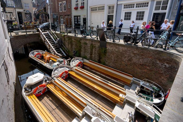 De boten van de Kring Vrienden van 's-Hertogenbosch liggen voorlopig bij de Molenstraat.