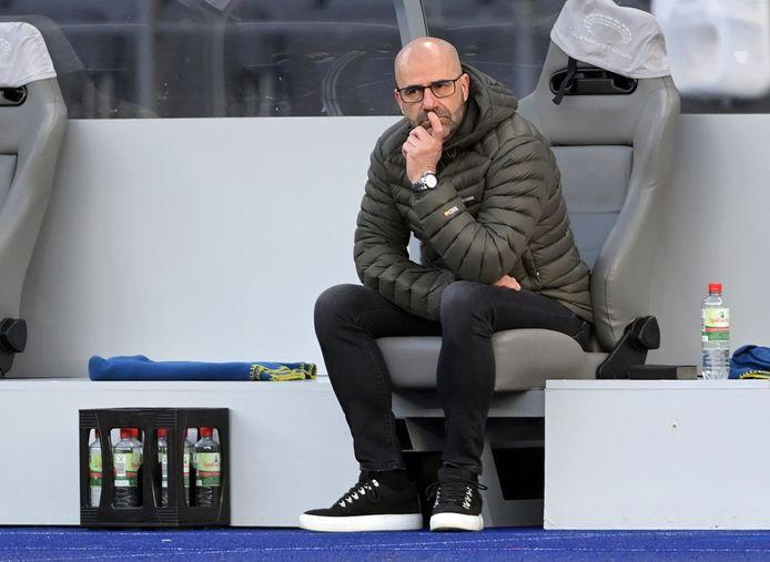 Peter Bosz tijdens zijn laatste wedstrijd als trainer van Leverkusen in Berlijn.