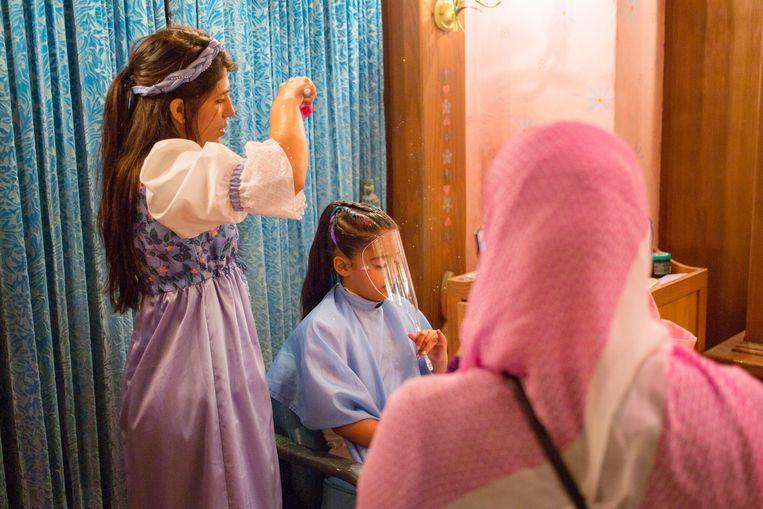 Jonge meisjes laten zich optuigen tot prinses onder het kasteel van Assepoester. Beeld Ellis Regina Jansen