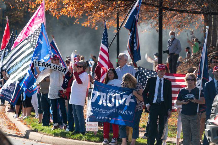 Aan het golfterrein kwamen supporters van Trump en Biden opdagen.