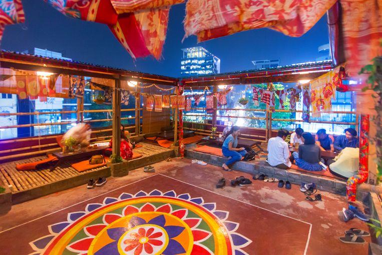 Jatra Biroti is een veganistisch restaurant met dakterras en muziekoptredens. Beeld null