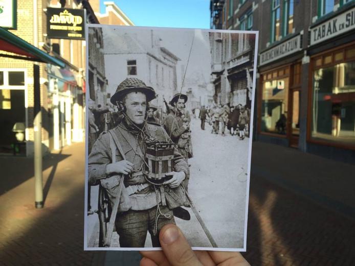 De Hoofdstraat, ter hoogte van Ziengs. Een soldaat in gesprek met zijn collega's van de luchtmacht tijdens de bevrijding van Apeldoorn in 1945.