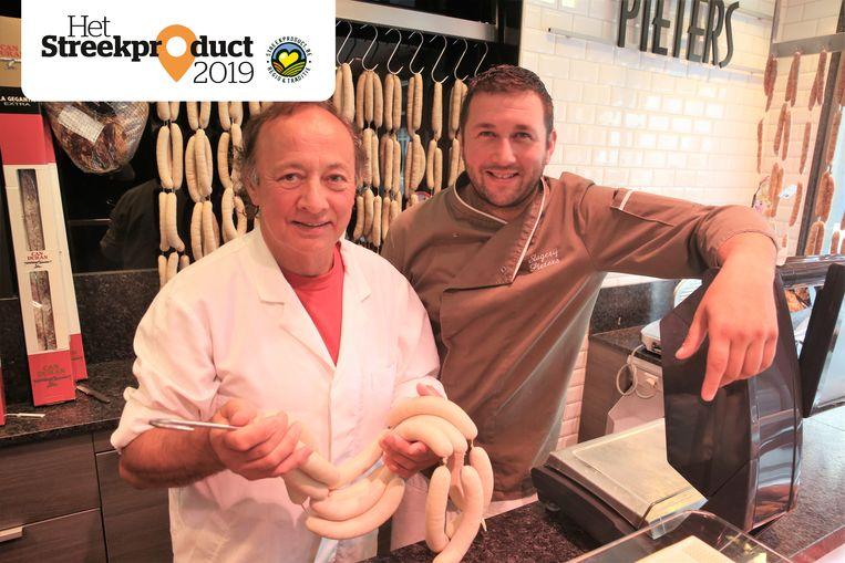 Luk en Bram Pieters met een lading verse witte pensen in de slagerij.