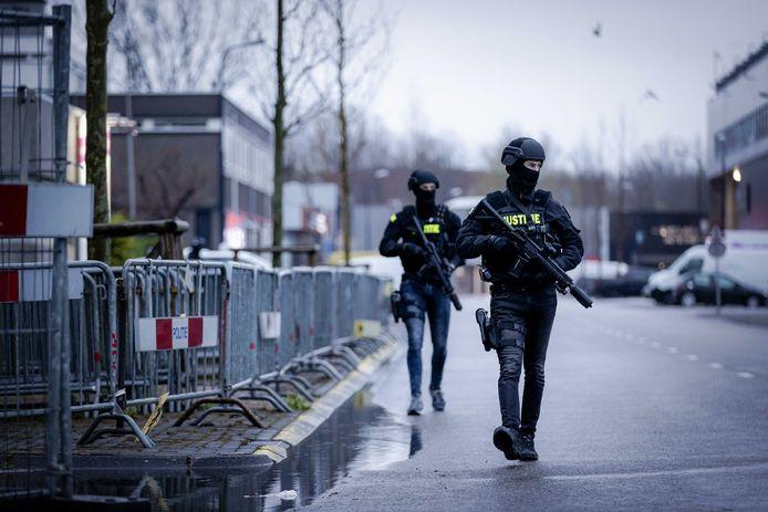 Gewapende politie-eenheden bij de bunker in Amsterdam, voorafgaand aan de de inhoudelijke behandeling van het meerdaagse proces Marengo.