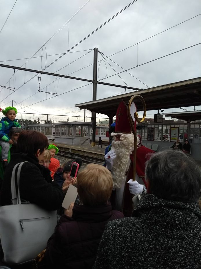 De Sint begroette de kinderen op het perron in het station.