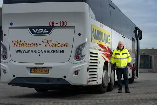 Directeur Menno Braker van Márion Reizen uit Dronten heeft nog één rijdende touringcar: de ambulancebus die coronapatiënten vervoert tussen ziekenhuizen.