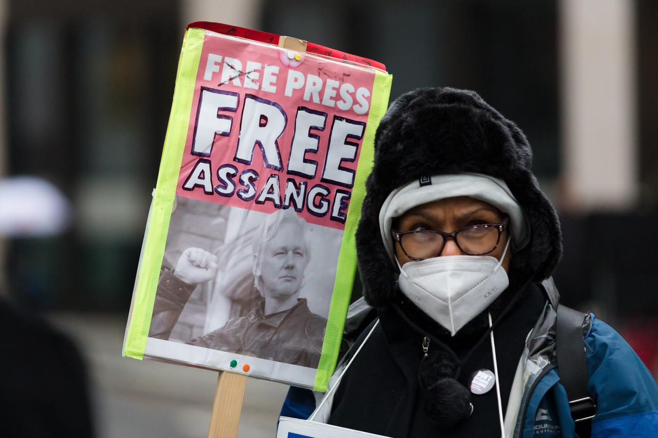 Een demonstrant voor de rechtbank in Londen.