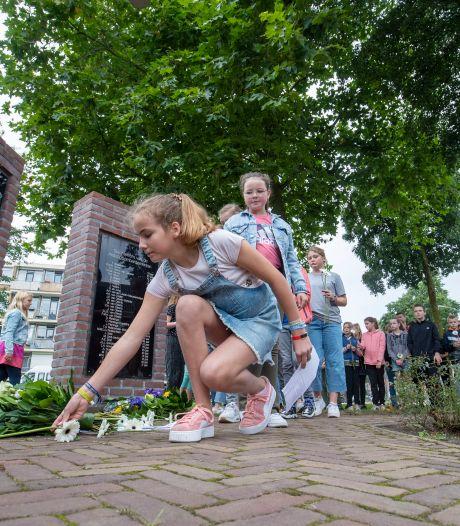 Airborne-herdenkingen in Ede: leerlingen leggen bloemen, wethouders springen uit vliegtuig