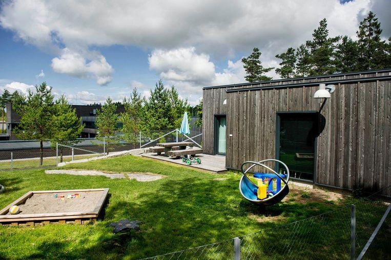 De familiebungalow ziet er uit als een vakantiehuisje: salon, eethoek, nachtkastje mét condooms, tuin met speeltuigen. Beeld Eric de Mildt