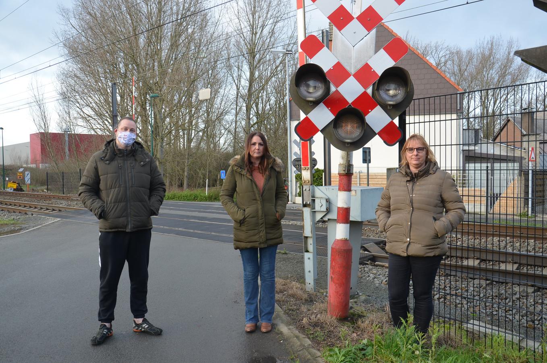 Buurtbewoners Fanuel Dewever, Nathalie De Tollenaere en Carla Vanmulders zijn een petitie gestart tegen het afschaffen van de overweg in de Terjodenstraat in Welle.