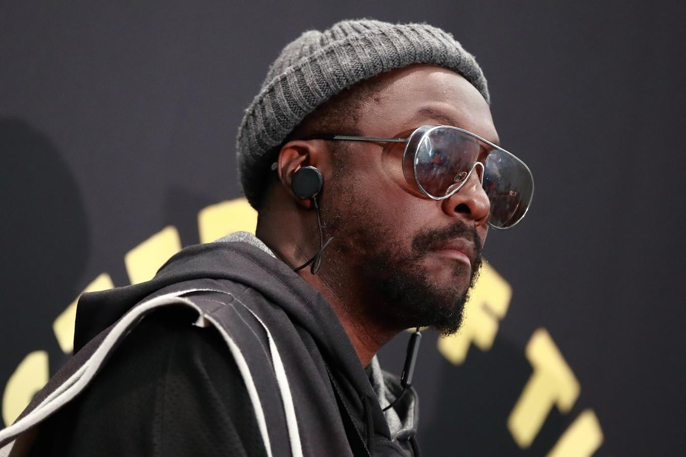 Black Eyed Peas-frontman Will.i.am zegt door een stewardess van zijn vlucht gehaald te zijn, omdat hij zwart is. Uiteindelijk moest hij zelfs uit het vliegtuig geëscorteerd worden door vijf politieagenten. Dat onthult de rapper op zijn Twitteraccount.