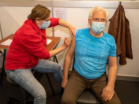 Henk (77) is de eerste die coronavaccin krijgt in Schiedam: 'Ik voel me vereerd'
