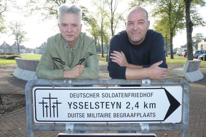 Fred van den Munckhof en Richard Schoutissen helpen Duitse families de oorlogshistorie van hun opa, ook of vader te vinden bij de Duitse militaire begraafplaats in Ysselsteyn.