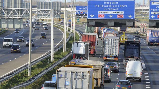 Archiefbeeld van de A15 bij Rotterdam. Het ongeluk vond gisteren plaats ter hoogte van Charlois.