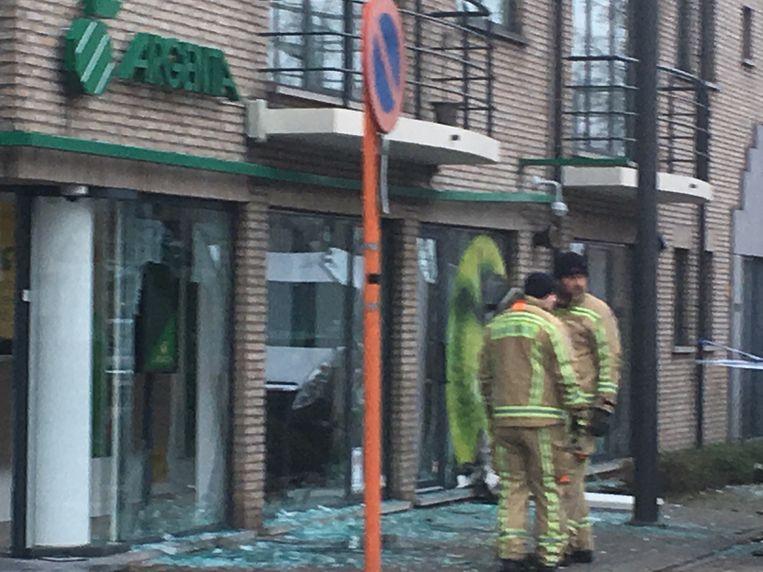 Er is veel schade aan de bank en de omringende gebouwen. Beeld Toon Royackers