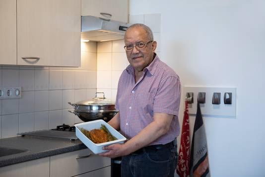 Ruud Steijers uit Nieuwdorp maakt makreel in bananenblad.