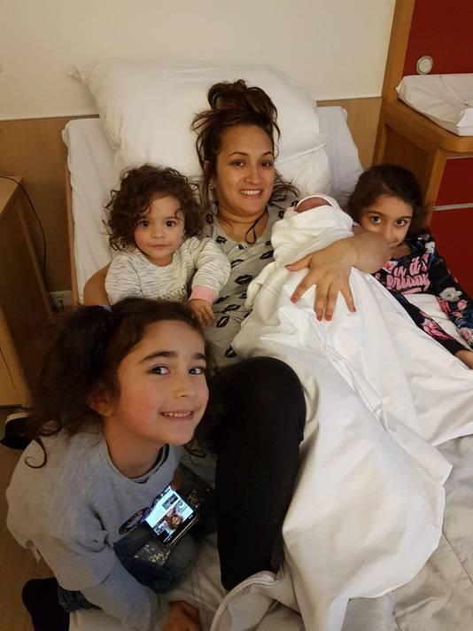 Eliz met haar drie zussen die op de achterbank alles meemaakten. ,,Ze huilden alle drie. Van geluk.''