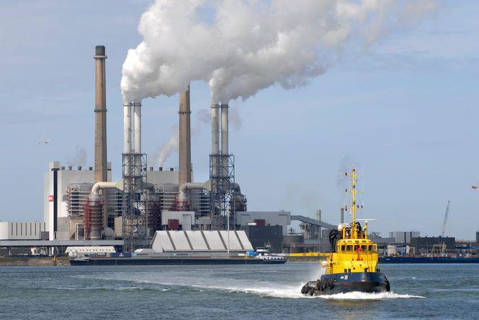 De lokale Brielse partijen wijzen op de kolencentrale in de Europoort die zo veel uitstoot dat een CO2-besparing door de eigen inwoners als 'een druppel op de gloeiende plaat' wordt gezien.